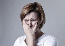 Zdewastowana przygnębiona kobieta płacze smutnego uczucia cierpienia ranną depresję w smucenie emoci Fotografia Royalty Free