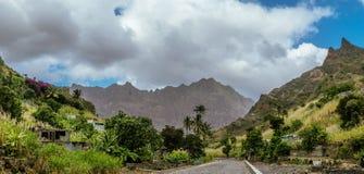 Zdewastowany drogi prowadzenie wśród dalekich wiosek w kierunku grani Santo Antao przylądek Verde zdjęcia royalty free