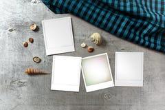 Zdjęcie szablony układali na nieociosanym drewnianym tle z seashells wokoło Zdjęcie Stock