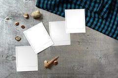 Zdjęcie szablony układali na nieociosanym drewnianym tle z seashells wokoło Obraz Stock