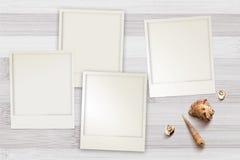 Zdjęcie szablony układali na nieociosanym drewnianym tle z seashells wokoło Zdjęcia Stock