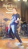 Zdob si Zdub som spelar i Hard Rock Cafe Bucharest Royaltyfri Fotografi