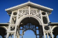 Zdobna biała drewniana altana Obraz Royalty Free