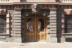 Zdobna drewniana antyczna drzwiowa stara dekoracja metal drzwiowa fotografia Obrazy Royalty Free