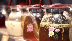 Zdobni szklani teapots z uzdrawiać ziołowej herbaty, tradycyjnej medycyny praktyka zbiory wideo