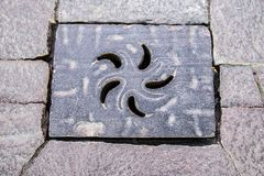 Zdobny Żelazny Manhole Kształtujący Z płatkami w kurenda wzorze obraz royalty free
