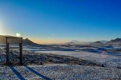Zdobywa punkty w kącie w krajobrazie zamarznięte góry przy półmrokiem w Iceland obraz stock