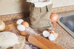 Zdojest jajka i tocznej szpilki lying on the beach na kuchennym stole obrazy stock