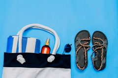Zdojest z ręcznikami i wyrzucać na brzeg akcesoria, okulary przeciwsłoneczni niebieska t?a Odbitkowa pasta, kopii przestrzeń zdjęcia stock