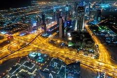 Zdolność widzenia w ciemnościach Sheikh Zayed Road&-x27; s drapacze chmur w Dubaj, UAE Fotografia Stock
