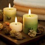 Zdrój świeczki z łazienka ręcznikami Zdjęcia Stock