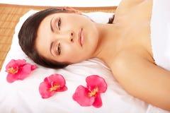 zdrój atrakcyjna relaksująca kobieta obraz stock