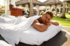 Zdrój Dla mężczyzna Szczęśliwy Męski Relaksować Outdoors Przy dnia zdrojem Obraz Stock