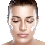 Zdrój dziewczyna z śmietanką na Jej twarzy. Skincare pojęcie Zdjęcia Royalty Free