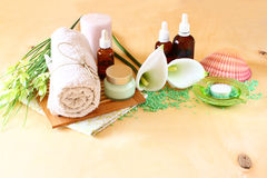 Zdrój i wellness położenie z naturalnym mydłem, świeczkami i ręcznikiem. naturalny drewniany tło. zielonego koloru set. Zdjęcie Royalty Free