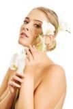 Zdrój kobieta trzyma białego storczykowego kwiatu Obrazy Royalty Free