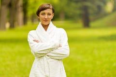 Zdrój kobieta w bathrobe w naturze Zdjęcia Royalty Free