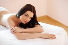 Zdrój Kobieta Zakończenie Piękna kobieta Dostaje zdroju traktowanie Zdjęcia Royalty Free