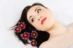Zdrój młoda kobieta z kwiat chryzantemą zdjęcie royalty free