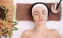 Zdrój maska Kobieta w zdroju salonie Twarzy maska Twarzowa gliny maska traktowanie Obraz Stock