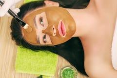 Zdrój maska Kobieta w zdroju salonie Twarzy maska Twarzowa gliny maska Fotografia Stock