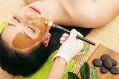 Zdrój maska Kobieta w zdroju salonie Twarzy maska Twarzowa gliny maska Zdjęcie Stock