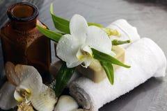 Zdrój orchidei zieleni ręcznik Zdjęcia Royalty Free