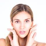 Zdrój & piękno Piękna i czysta twarz kobieta Piękna kobieta dotyka jej twarz z oba rękami Obrazy Royalty Free