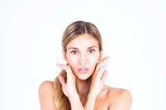 Zdrój & piękno Piękna i czysta twarz kobieta Piękna kobieta dotyka jej twarz z oba rękami Obrazy Stock