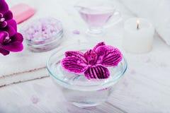 Zdrój podstawy wliczając świeczki, soli, mydła, oleju i orchidei z ręcznikiem, Ciała i skóry traktowanie Obraz Stock