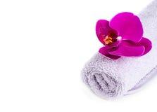 Zdrój: ręcznik i orchidea Zdjęcie Royalty Free