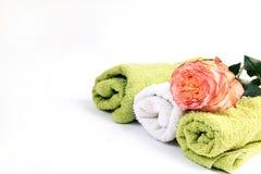 Zdrój Relaks i ciało terapia ręcznik i róże zdjęcia royalty free