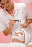 zdrój twarzowa dostaje maskowa kobieta Obrazy Royalty Free