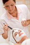 zdrój twarzowa dostaje maskowa kobieta Zdjęcie Royalty Free