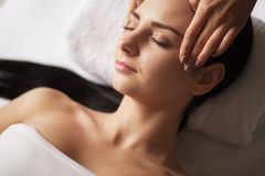 Zdrój twarzy masaż Twarzowy traktowanie Zdroju salon terapia obrazy royalty free