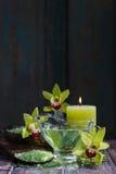 Zdrój ustawiający: ciekły mydło, morze sól na drewnianej łyżce, perfumowe świeczki zdjęcie stock