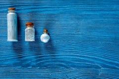 Zdrój ustawiający z morze solą, błękitną gliną i płukanką na błękitnym drewnianym stołowym tło odgórnego widoku copyspace, Zdjęcia Royalty Free