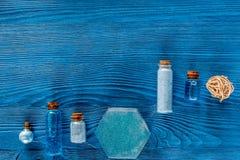 Zdrój ustawiający z morze solą, błękitną gliną i płukanką na błękitnym drewnianym stołowym tło odgórnego widoku copyspace, Fotografia Royalty Free