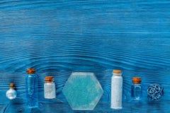 Zdrój ustawiający z morze solą, błękitną gliną i płukanką na błękitnym drewnianym stołowym tło odgórnego widoku copyspace, Zdjęcia Stock