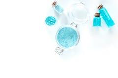 Zdrój ustawiający z morze solą, błękitną gliną i płukanką na białym tło odgórnego widoku copyspace, Zdjęcie Stock