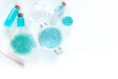 Zdrój ustawiający z morze solą, błękitną gliną i płukanką na białym tło odgórnego widoku copyspace, Fotografia Royalty Free
