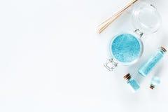 Zdrój ustawiający z morze solą, błękitną gliną i płukanką na białym tło odgórnego widoku copyspace, Zdjęcie Royalty Free