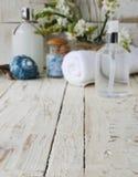 Zdrój ustawiający z ręcznikowymi świeczkami i kwitnie skorupy Zdjęcie Royalty Free