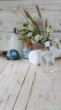 Zdrój ustawiający z ręcznikowymi świeczkami i kwitnie skorupy Fotografia Royalty Free