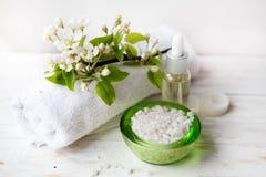 Zdrój ustawiający z solą, kwiatami i świeczkami na łozinowej tacy morza, Zdjęcie Stock