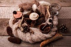Zdrój, wellness położenie z morze solą, nafciana esencja, rożki i świeczka, drewniany wystrój na drewnianym tle zdjęcie stock