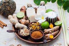 Zdrój, wrzosowiskowy opieka set istotni oleje, mydło, imbir, turmeric korzenie i pikantność na drewnianej tacy, obrazy stock