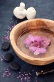 Zdrój z orchidei i zen kamieniami Obraz Royalty Free