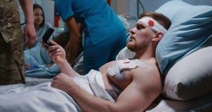 Zdradzony żołnierz otrzymywa odznakę honor w sali szpitalnej zbiory wideo