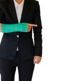 Zdradzony bizneswoman z zieleni obsadą na ręce i ręce odizolowywał o Fotografia Stock